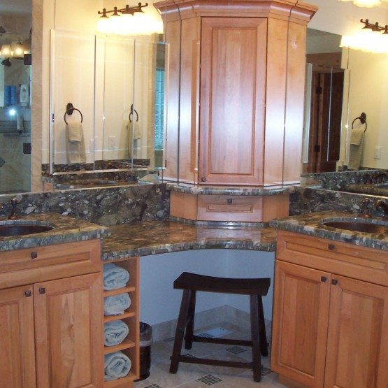 bathroom with 2 sinks